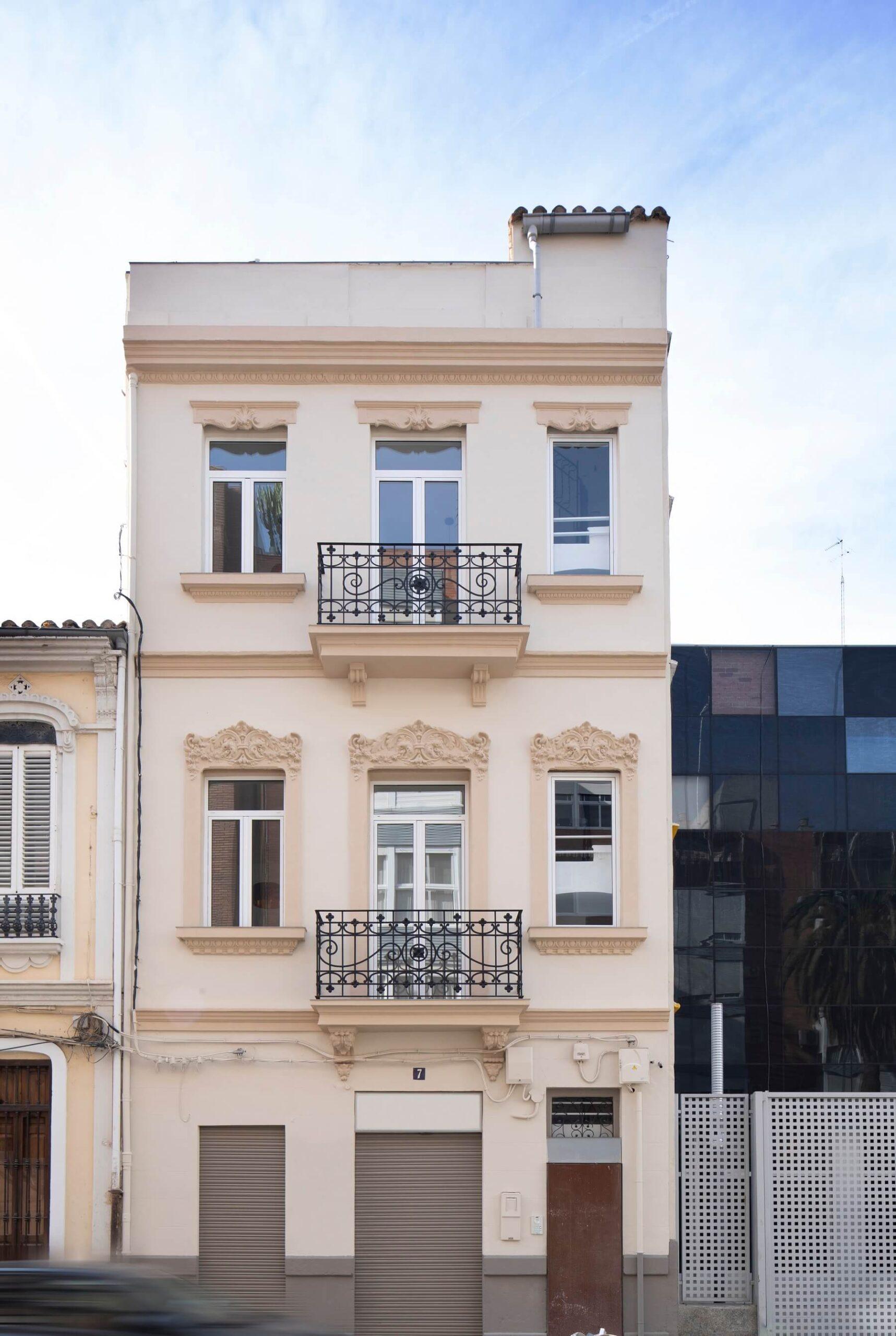h2 w2 Fachada rehabilitada del edificio los leones en Valencia
